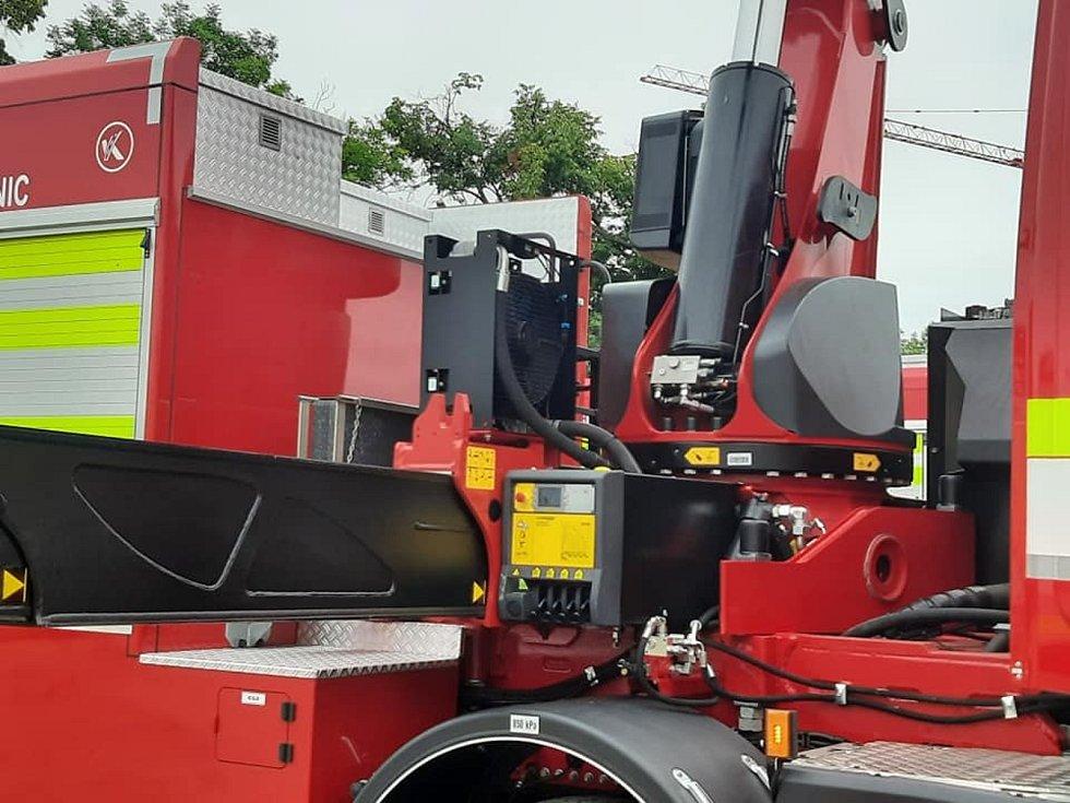 Drážní hasiče kromě nových speciálních automobilů čeká také výstavba jejich budoucího sídla. V těchto dnech spojili obě věci dohromady na místě jejich budoucího sídla nafotili stávající techniku.