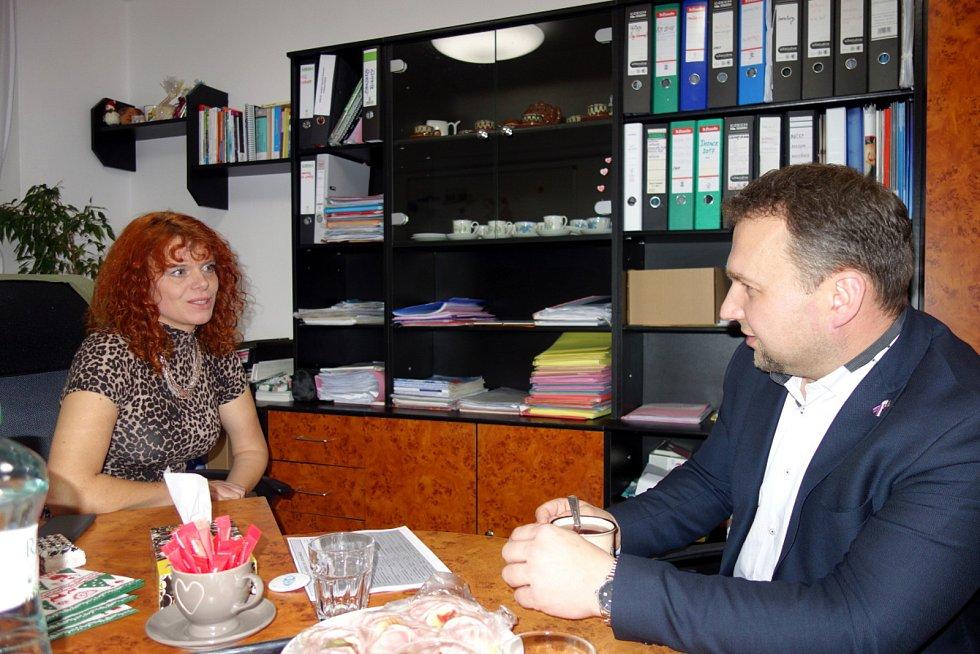 Poslanec Marian Jurečka na jednání s Emílií Kalovou v Benátkách nad Jizerou.