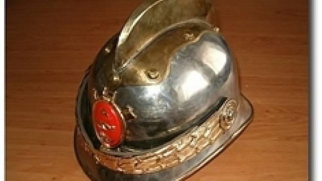 Nadšenec si půjčil i hasičské helmy