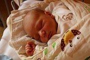 TADEÁŠ MĚŘIL PŮL METRU. Tadeáš Košvanec se narodil mamince Veronice 10. října 2017 ve 21.21. Vážil 3 580 g a měřil 50 cm. Domů do Nymburka  je oba za tříletým Luborkem odvezl táta Lubor.