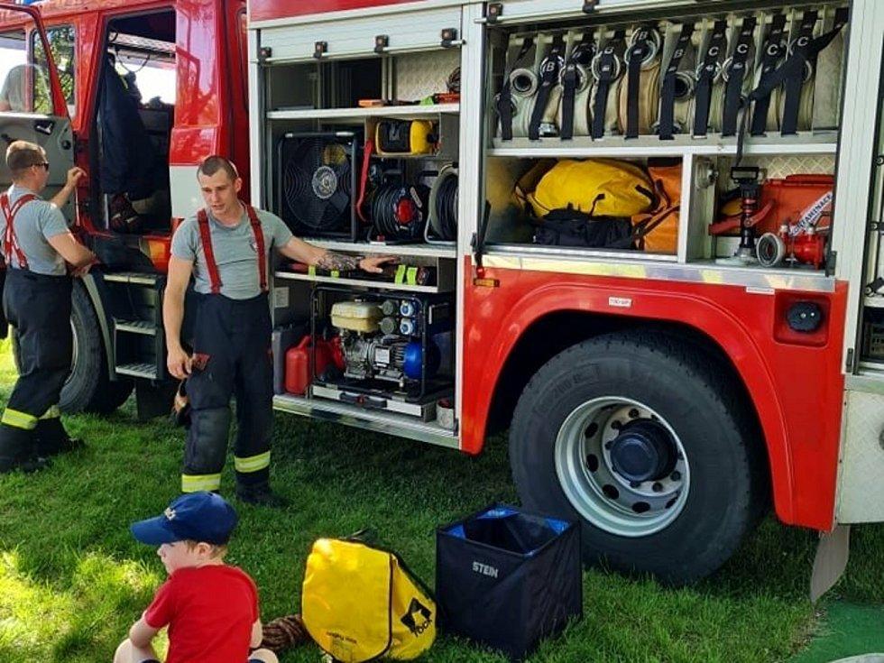 Drážní hasiči předvedli techniku dětem v Mateřské škole Adélka v Nymburce.