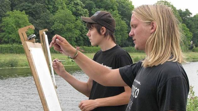Mladí výtvarníci tvoří v přírodě