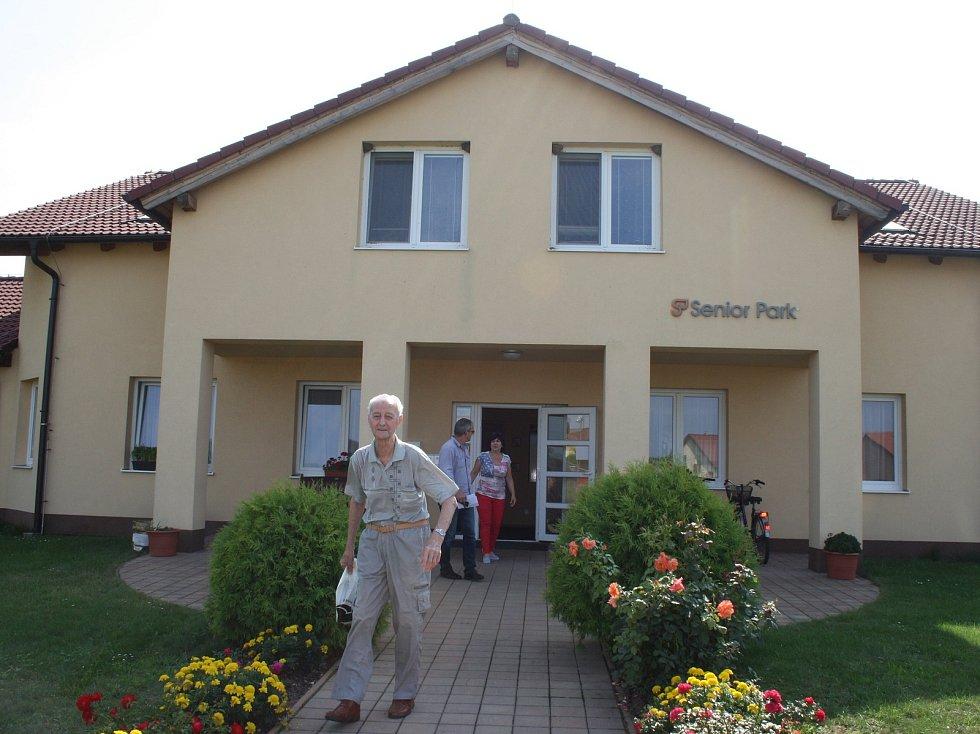 V Senior Parku v Sokolči  mohou lidé, na rozdíl od klasického domova důchodců, žít tak, jak byli zvyklí. Ale bezpečně a s potřebnou péčí.