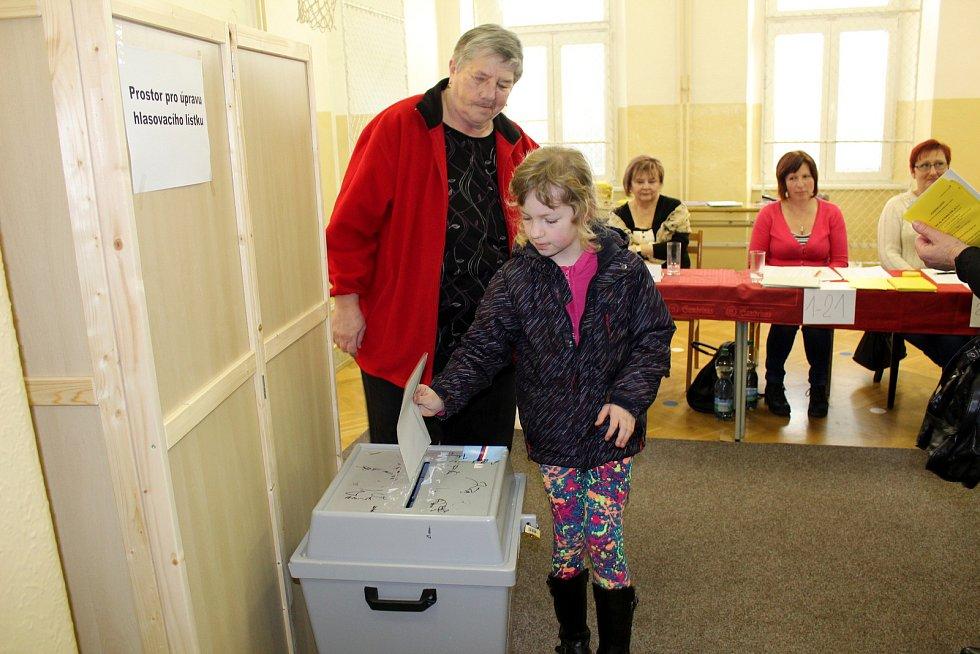 Rušno bylo také ve volebních místnostech ve škole v Městci Králové.