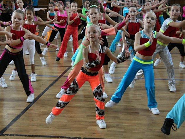 Cvičenky v kategorii 7 - 8 let. V akci je poděbradská Julie Vrchotová (uprostřed)