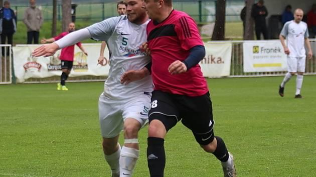 Vrátil se. Fotbalový obránce Vojtěch Herčík (vlevo v bílém) v zimě změnil dres. Z poděbradské Bohemie se vrátil do Polabanu Nymburk
