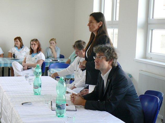 Jednatelka nemocnice Alena Havelková a starosta Nymburka Pavel Fojtík při setkání se zaměstnanci nemocnice.