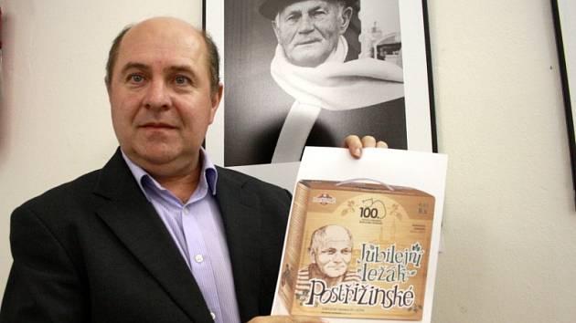 Ředitel pivovaru Pavel Benák s grafickým návrhem na balení nového piva