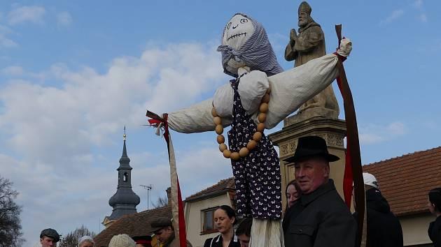 V Městysi Křinec přivítala jaro stovka občanů průvodem, který vynesl z obce zlou Smrtku Morenu – zimu.