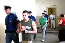 Viorel Dodista (vpředu) a Andrei Voina si přicházejí do soudní síně poslechnout rozsudek.