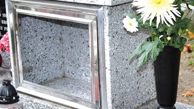 Na milovickém hřbitově někdo ukradl urny.