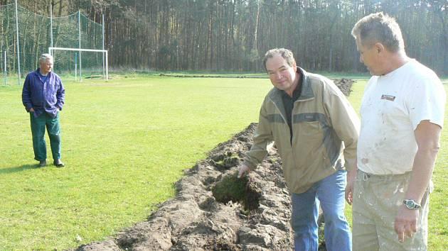V Kostelní Lhotě zoral zemědělec část fotbalového hřiště.