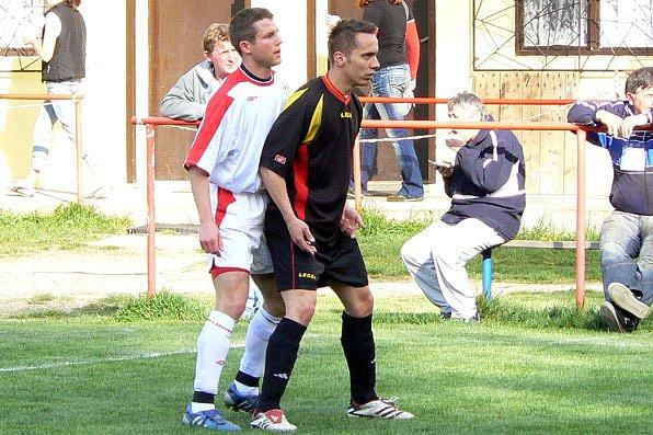 Loučeňský Jan Štěpánek (černém) se podílel na výhře svého týmu dvěma góly.