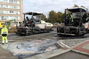 Ve čtvrtek byl položen betonový povrch, od pátečního rána už jsou jednotlivé části křižovatky s přilehlými úseky pokrývány vrstvou asfaltu.