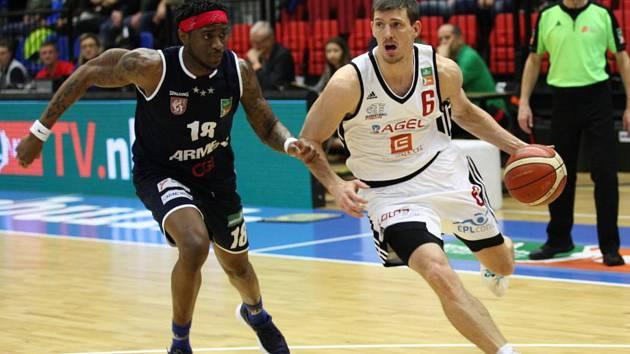 Basketbalisté Nymburka vyhráli další zápas NBL, na své palubovce srazili Děčín.