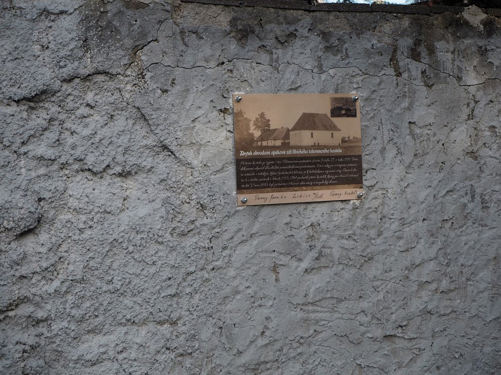 Pamětní deska připomíná toleranční kostel v Libici nad Cidlinou.