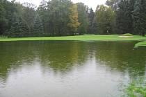 Vytrvalý déšť a následné obří kaluže na golfovém hřišti v Poděbradech narušily průběh poděbradského Mistrovství klubu ve hře na rány
