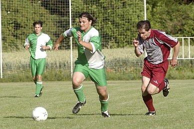 Nymburský útočník Petr Spilka (u míče) sice dokázal několikrát Jíkevským utéct, branku však nevstřelil.