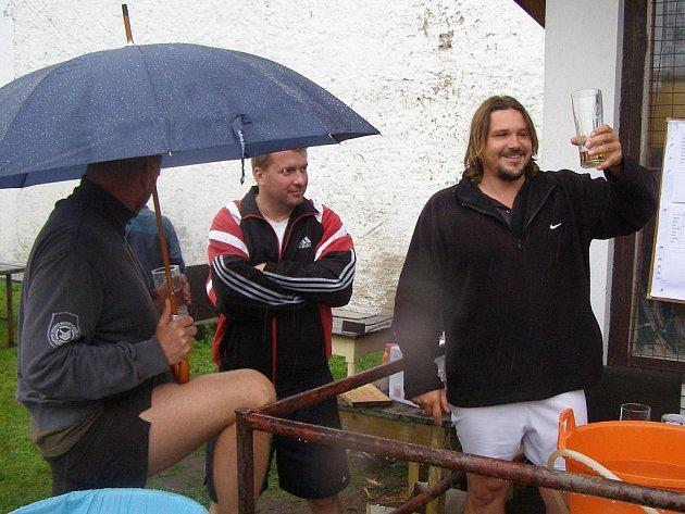 Aktéři nohejbalového turnaje ve Vrbové Lhotě se za vydatného deště připravovali na stříhání o nejlepší umístění