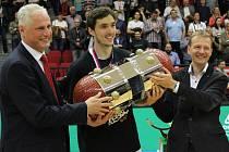 Nový pohár pro basketbalového šampiona je v rukách nymburského kapitána Jiřího Welsche (uprostřed)