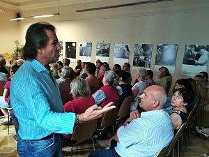 Generál Andor Šándor přednášel pro více než stovku posluchačů v poděbradské knihovně.