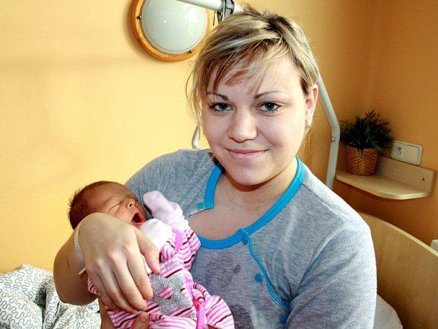 AGÁTKA SE TĚŠÍ DO MILOVIC. Agátka Sedlárová se narodila mamince Monice a tatínkovi Petrovi 23. prosince 2014 ve 13.52. Měřila 48 centimetrů a vážila 3 350 gramů. Předem prozrazená holčička zamíří na Boží Dar.