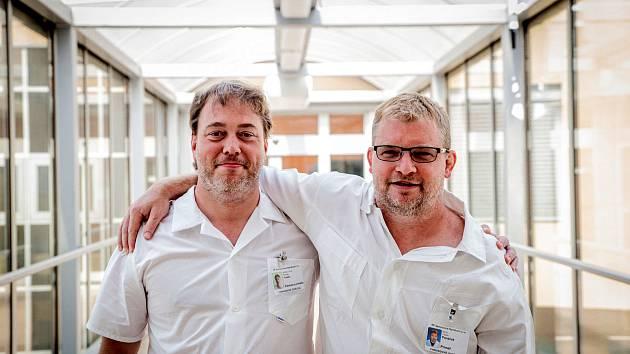 Primář chirurgického oddělení Václav Panáček (vpravo) a vedle něj jeho zástupce a nováček na oddělení Roman Fraško.