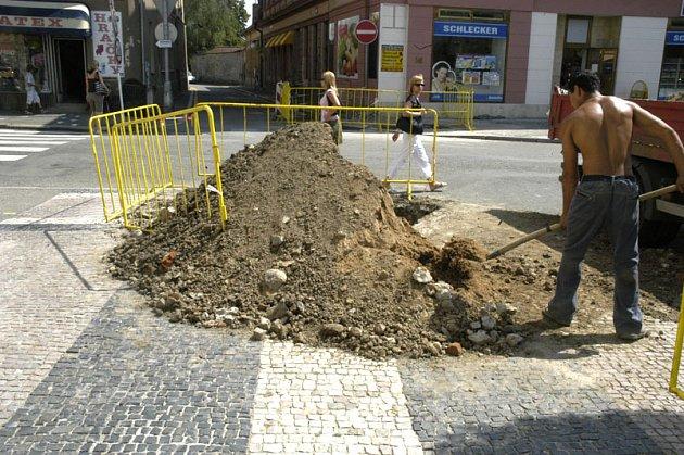 Na rohu v Palackého ulice a u prodejny Hratex, pravděpodobně došlo k úniku plynu.