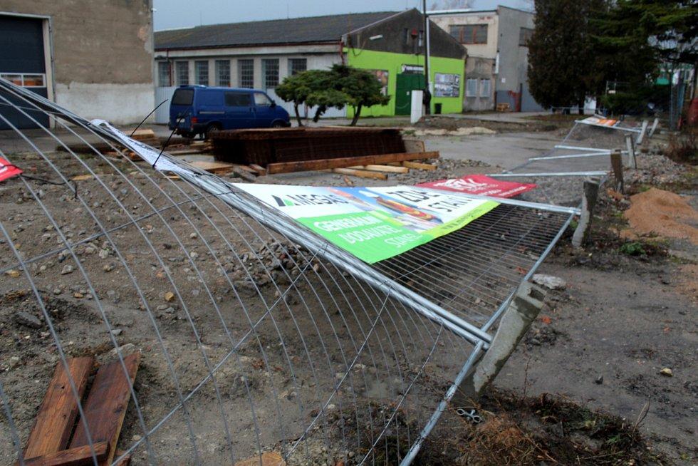 Vichr shodil oplocení u jedné firmy na kraji Nymburka před zatáčkou u Depa.