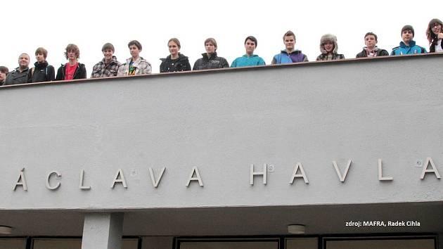 Nápis se na poděbradské škole objevil před 9 lety.