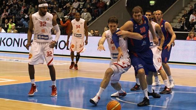 SLAVNÝ SOUPEŘ. Se slavným týmem CSKA Moskva si už nymburští basketbalisté zahráli
