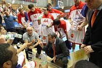 DŮLEŽITÁ VÝHRA. Basketbalisté Nymburka (hrají v bílém) porazili na své palubovce Lokomotiv Kubaň Krasnodar