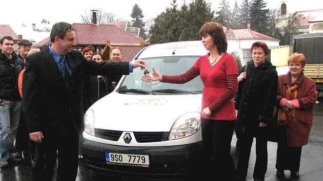 Auto pro dětský domov převzala ředitelka Radka Klímová