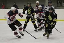 Hokejisté Poděbrad (v bílém) prohráli v dalším kole Krajské ligy na svém ledě. Nestačili na Velké Popovice.