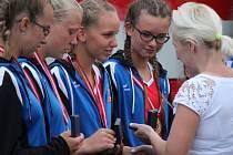 Velké ovace si vysloužily mladé hasičky z Pískové Lhoty po návratu domů z úspěšné olympiády v rakouském Villachu. Obhájily totiž předloňské vítězství.
