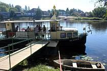 Přívoz dosud zajišťuje výletní loď Blanice.