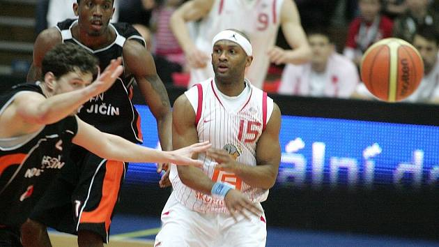 Z basketbalového utkání Nymburk - Nový Jičín 74:67.