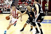 MAJÍ DRUHÝ BOD. Košíkáři Nymburka zvládli i druhé utkání s Pardubicemi a jsou blízko finále