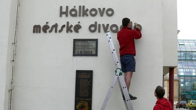 Nápis na Hálkově divadle se nedávno dočkal opravy