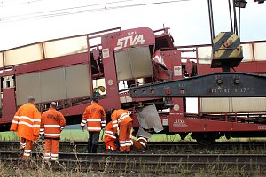Srážka nákladních vlaků uzavřela trať z Lysé
