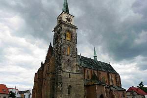 Nymburský kostel svatého Jiljí, z jehož ochozu je jedna z nejkrásnějších vyhlídek na město.