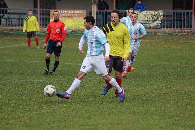Z fotbalového utkání I.B třídy Jestřabí Lhota - Sadská (0:1)