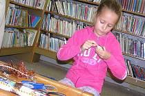 Děti v poděbradské knihovně putovaly za dinosaury, přidali se i rodiče.