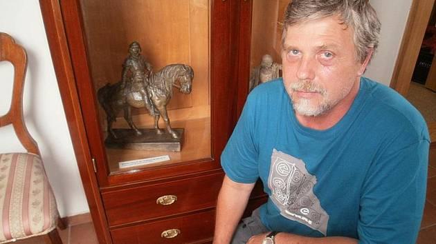 RESTAURÁTOR Ivan Houska žije         v Praze, dílnu má v Buštěhradě           a manželku z Poděbrad. Na snímku s modelem jezdecké sochy Jiřího           z Poděbrad v Polabském muzeu v Poděbradech. Poznáte rozdíl mezi modelem a sochou na náměstí?