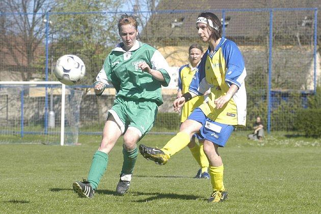 Druholigové fotbalistky Staré Lysé vyhrály i další střetnutí a stále jsou na prvním místě tabulky.