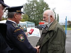 Bývalý starosta SDH Přední Lhota František Bárta dostal Pamětní list z rukou současného starosty Františka Kryky.