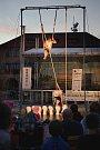 Dalším představením v rámci mělnického kulturního léta bylo na náměstí Míru byly Husí krky v podání cirkusu TeTy.