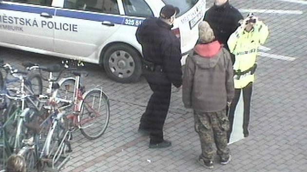 Strážníci mladíka zadrželi.