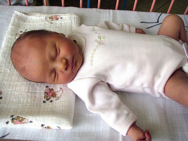 Po tatínkovi je prý malá Viktorie Rástočná, která se narodila v nymburské porodnici 24. února ve 3.32 hodin. Vážila 3 240 g a měřila 49 cm. Manželé Marcela a Jan Rástoční z Nymburka se na první miminko velmi těšili