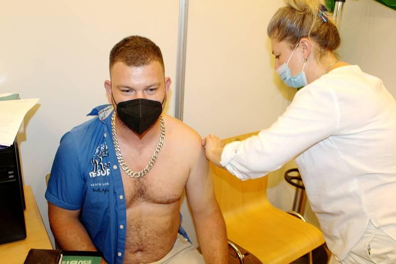 Michal Macháček na očkování.
